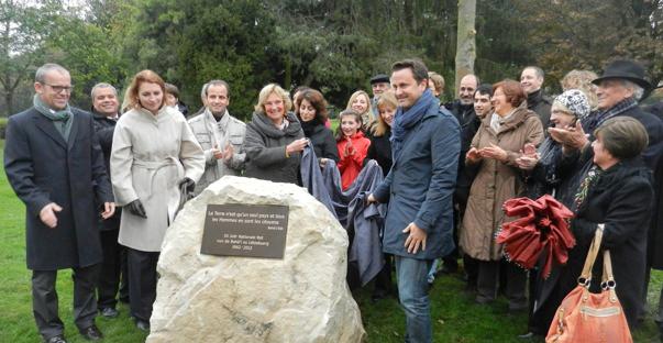 Le bourgestre du Luxembourg, Xavier Bettel – à droite de la pierre – dévoile un monument  marquant le 50ème anniversaire de la première élection de l'Assemblée Nationale des Baha'is du Luxembourg - 30 Octobre 2012